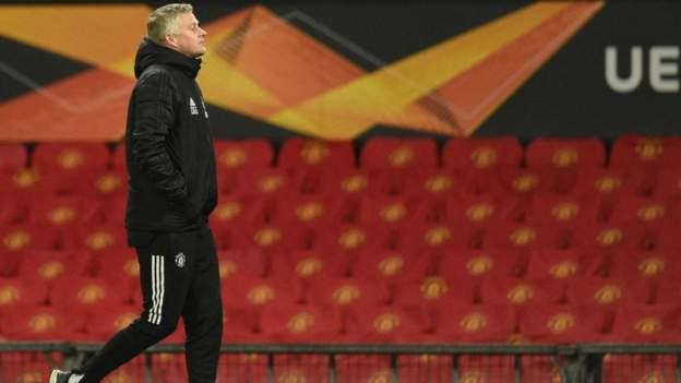 Manchester United mengubah latar belakang stadion Old Trafford dari merah menjadi hitam setelah penderitaan para pemain