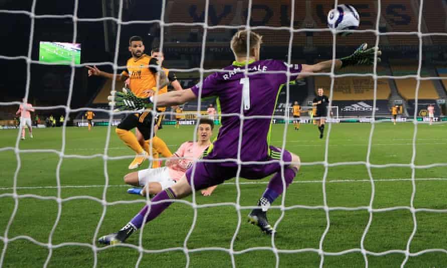 Willian Jose dari Wolverhampton Wanderers mengoper bola melewati kiper Sheffield United Aaron Ramsdale untuk membuka skor.