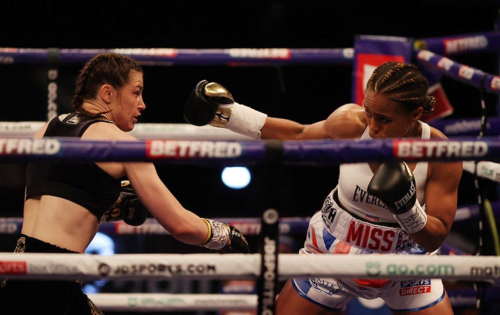 Katie Taylor mengalahkan Natasha Jonas untuk mempertahankan gelar kelas ringan di Thriller