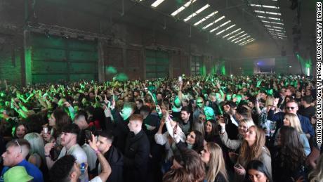 Orang-orang yang bersuka ria menari di Liverpool pada tanggal 30 April sebagai bagian dari Pengalaman Inggris Raya.