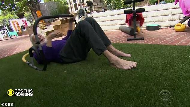 Pertahankan!  Aktor berusia 95 tahun itu dengan bangga memamerkan program pelatihan di rumahnya