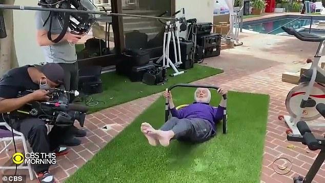 """AB FAB!  Memutar kakinya di udara, dia berkata, """"Lalu saya melakukannya"""