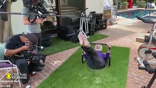 Ikon Hollywood: Wawancara ekstensif meliput karir produktif Dick di Hollywood, dari hari-harinya menjadi pembawa acara CBS Morning Show hingga penampilannya baru-baru ini di film 2018 Mary Poppins Returns