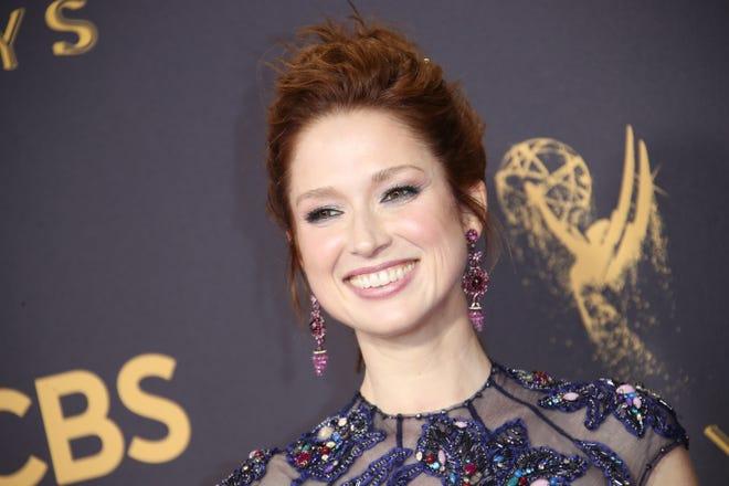 Dalam file foto 2017 ini, Elle Kimber tiba di karpet merah di Emmy Awards ke-69.