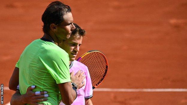 Rafael Nadal dan Diego Schwartzman merangkul net