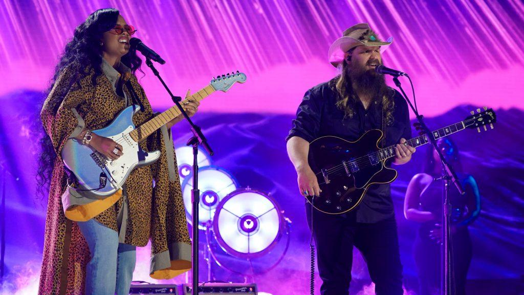 DIA, Chris Stapleton mencuri perhatian di CMT Music Awards 2021: 'Ini lebih seperti dia'