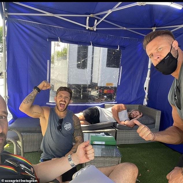 Thor tidur di sofa: Kedua aktor baru-baru ini menyelesaikan syuting film keempat dari waralaba MCU independen Hemsworth, Thor;  dilihat di Instagram