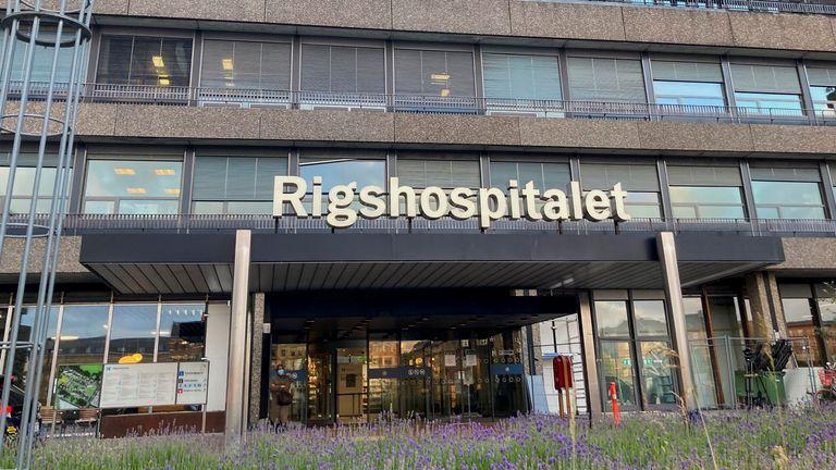 Eriksen menerima dukungan dari pasangan dan orang tuanya di Rumah Sakit Rigshospitalet di Kopenhagen