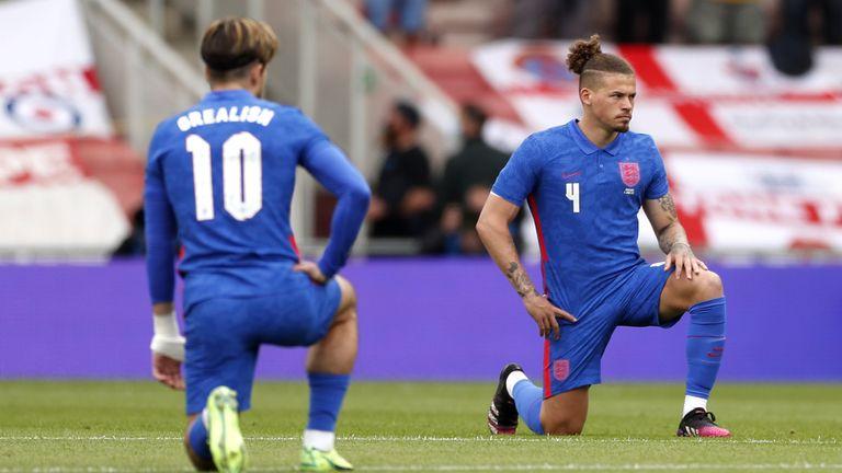 Jack Grealish dan Calvin Phillips dari Inggris berlutut sebelum pertandingan pemanasan melawan Rumania