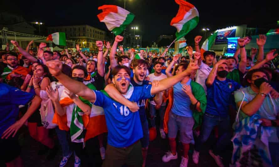 Penggemar Italia di zona penggemar di Piazza del Popolo di Roma
