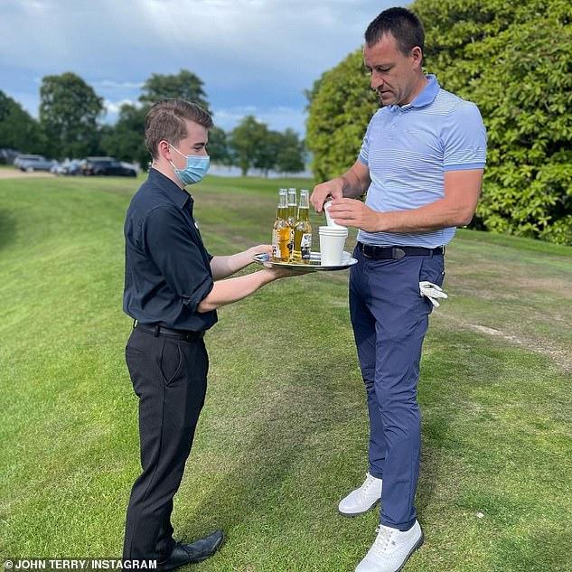 Tubuhnya adalah kuil!  Legenda sepak bola berbagi beberapa foto dari perjalanan golf anak-anaknya termasuk menyajikan bir di atas nampan oleh anggota staf