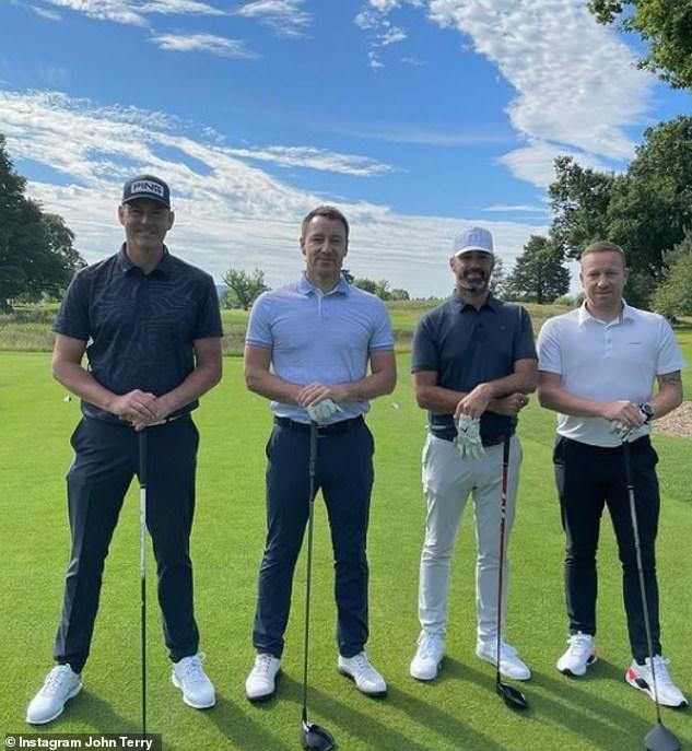 Anak laki-laki: John Terry berpose bersama teman-temannya di lapangan golf yang indah di Loch Lomond