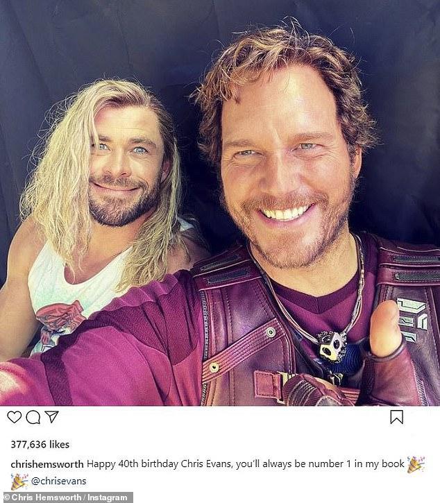 Dua dari Tiga Chrisses: Untuk merayakan ulang tahunnya Chris Evanso, Chris Hemsworth mengunggah foto lucu ke feed Instagram-nya pada hari Sabtu