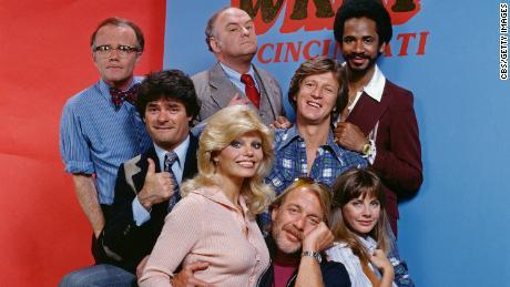 """tim kerja & quot;  WKRP di Cincinnati """"  Termasuk Frank Bonner sebagai Herb Tarlik, kedua dari kiri."""