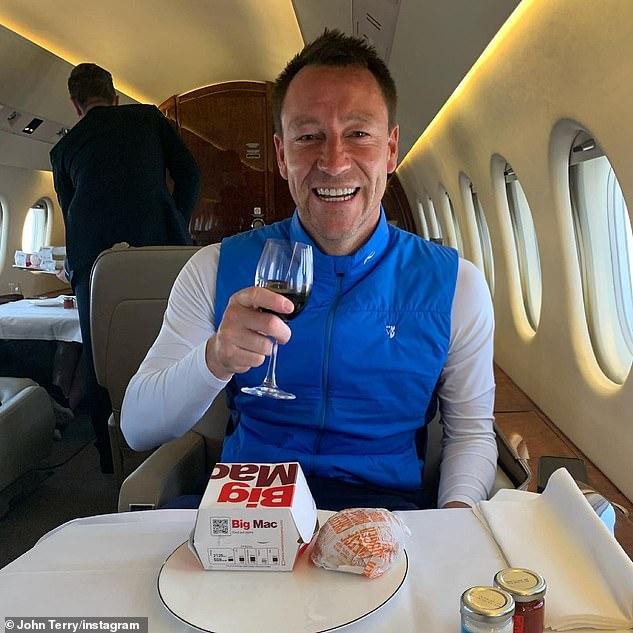 Menyelipkan: John Terry, 40, menikmati Big Mac dan segelas merah sambil duduk sangat nyaman di jet pribadi dalam perjalanan kembali dari Skotlandia
