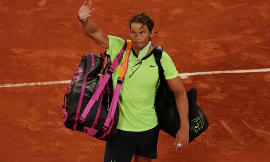 Rafael Nadal melambai ke penonton setelah kekalahannya di Paris