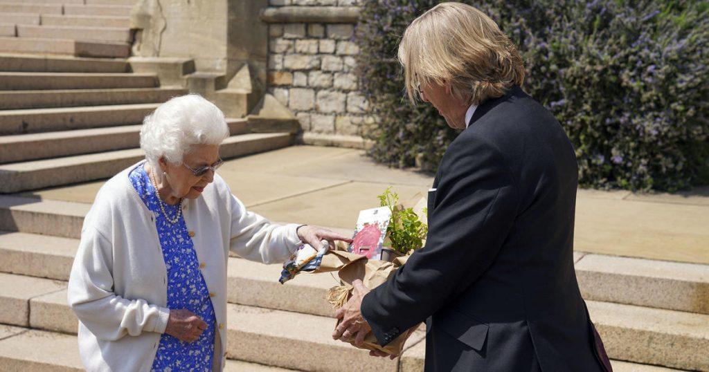Ratu Elizabeth merayakan ulang tahun ke-100 mendiang suaminya Pangeran Philip dengan menanam mawar baru yang dinamai menurut namanya