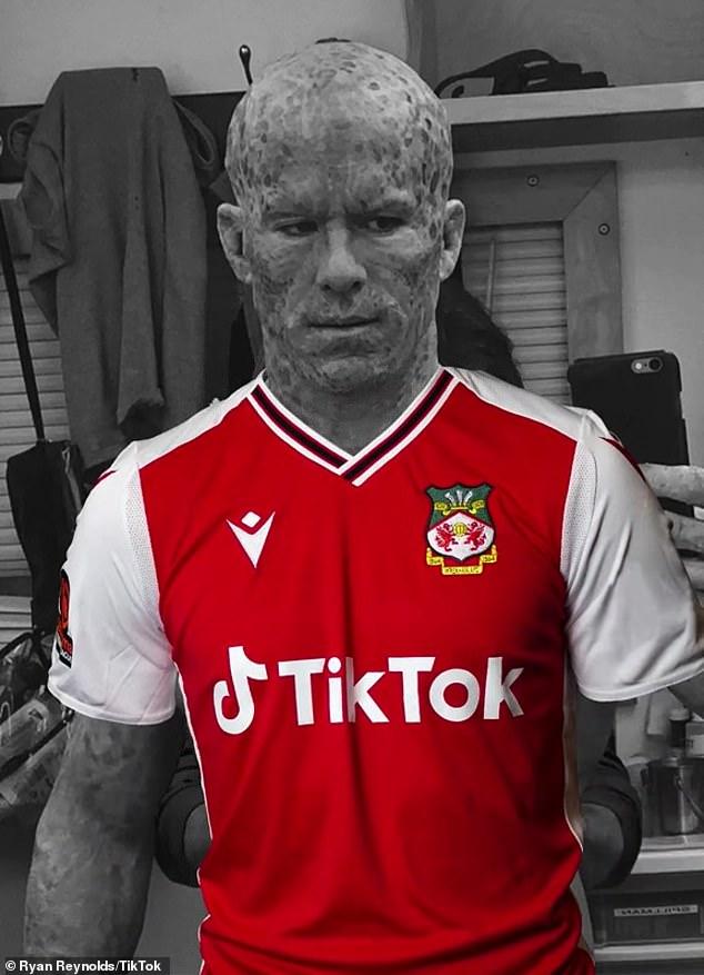 Sponsor Wrexham: Aktor berusia 44 tahun itu membagikan video dirinya bertelanjang dada dalam riasan Deadpool sebelum mengenakan kandidat kaos TikTok dan Wrexham Association Football Club.