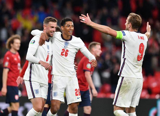 Gelandang Inggris Jordan Henderson melakukan selebrasi dengan Judd Bellingham dan Harry Kane sebelum golnya - yang akhirnya dihentikan karena offside