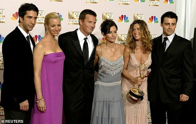 10 Musim: Selama dua musim terakhir, para pemeran telah menegosiasikan biaya sebesar $ 1 juta per episode, menjadikan Cox, Kudrow dan Aniston sebagai wanita dengan bayaran tertinggi di televisi pada saat itu (digambarkan pada tahun 2002)