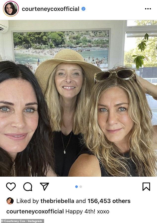 Teman selamanya: Courteney Cox berbagi selfie di Instagram yang menunjukkan dia bersama Lisa Kudrow dan Jennifer Aniston saat mereka merayakan liburan 4 Juli bersama pada hari Minggu